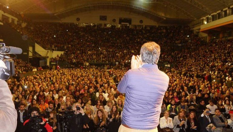 """En junio de 2016, Facundo Manes juntó 12.000 personas en el Estadio Aldo Cantoni con una presentación sobre """"Innovación y creatividad, claves del futuro""""."""