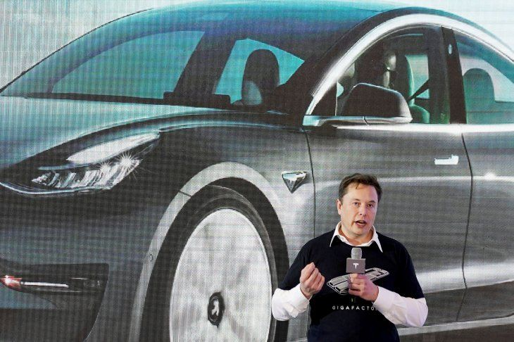 FOTO DE ARCHIVO: El CEO de Tesla Inc Elon Musk habla durante un evento de entrega de los coches Modelo 3 de Tesla fabricados en China en su fábrica en Shanghái