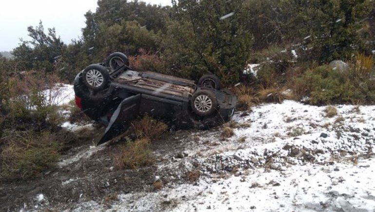 Villa la Angostura: perdió el control del auto y se despistó