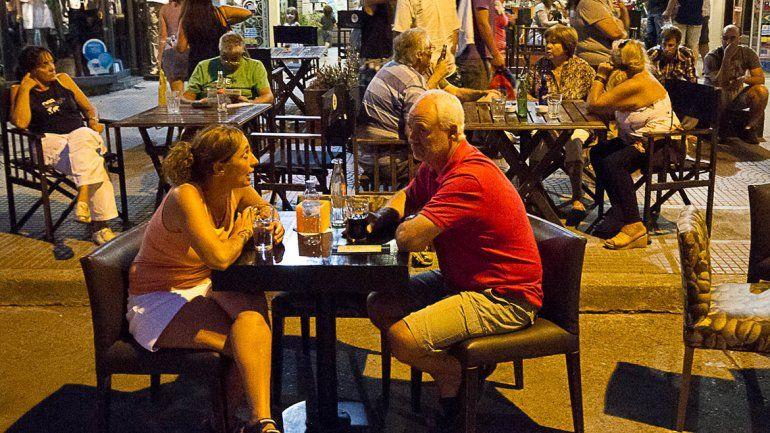Amplían los espacios en la calle para que atiendan bares y restoranes
