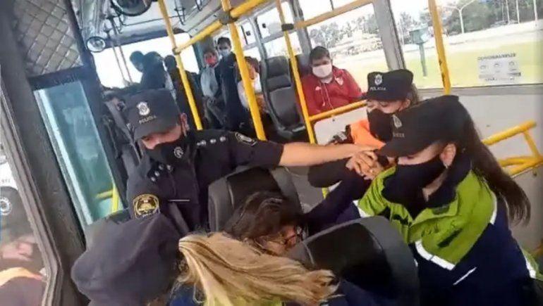 La policía forzó a una mujer a bajar del colectivo por no tener permiso para viajar