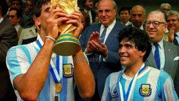 El Tata Brown con la Copa y la felicidad de Maradona. Momento histórico.
