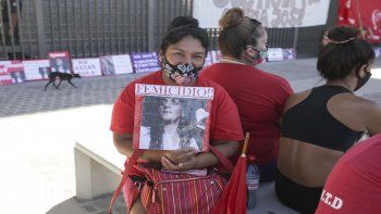 Familiares de María José, la víctima de femicidio de Cordón Colón, se movilizaron hasta la ciudad judicial.