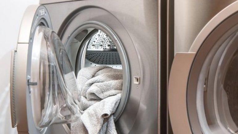 Viral: bebé roba corazones al ayudar a su mamá a lavar la ropa