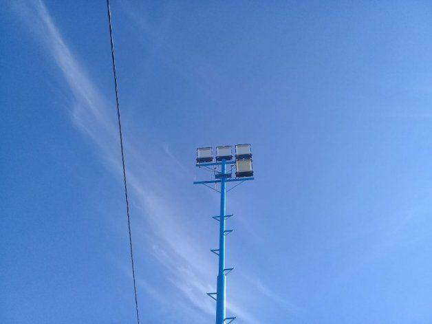 Ya les robaron 13 reflectores de las torres de iluminación.