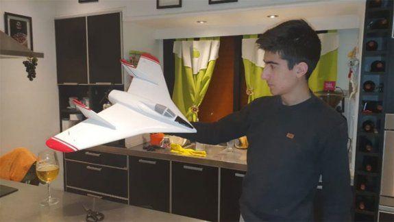 Adolescente construyó a escala un avión que marcó un hito de la historia argentina