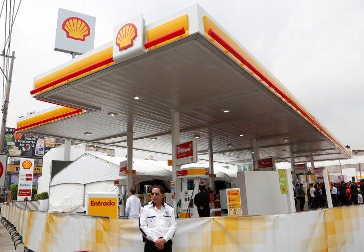 Foto de archivo. Un guardia parado fuera de una estación de gasolina de la petrolera Royal Dutch Shell en Ciudad de México. México