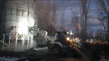 Casi 48 horas después, todavía no se apagó el incendio en el silo