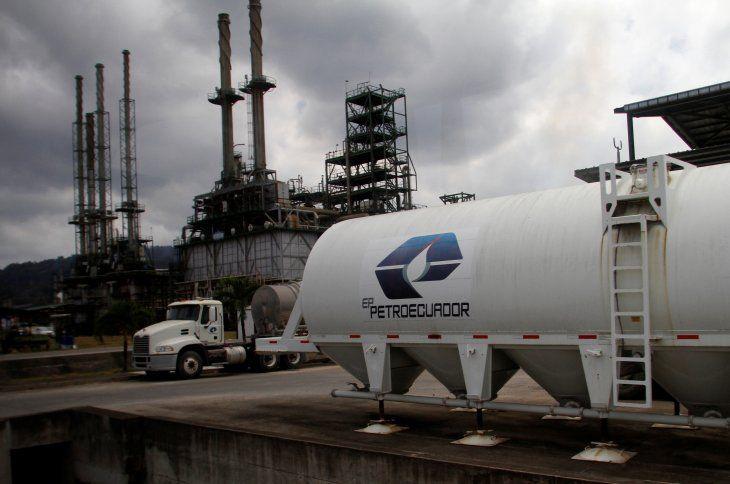 Foto de archivo referencial. Un tanque de combustible con el logo de Petroecuador en el complejo refinador estatal ecuatoriano de Esmeraldas