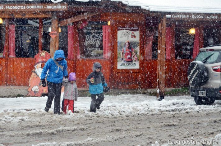 Ahora la nieve llegó a los principales centros urbanos