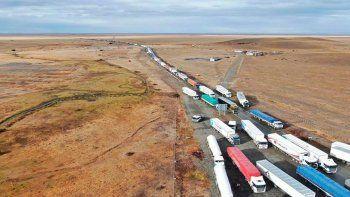 por los cortes en neuquen, hay un contrapiquete y mas de 600 camiones varados