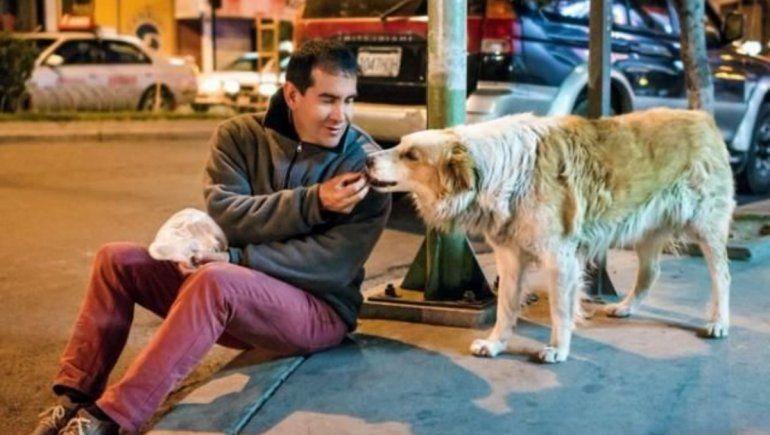 Twitter: hombre que cuidaba perros de la calle murió por Covid-19.