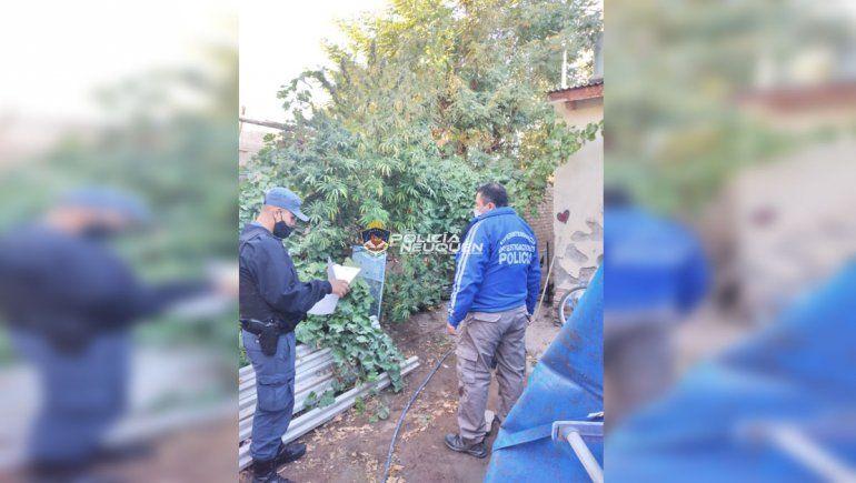 La Policía allanó la casa de la empleada municipal en el marco de una investigación por estafas.