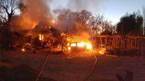 una amoladora inicio un incendio que destruyo una casa, un auto y una moto