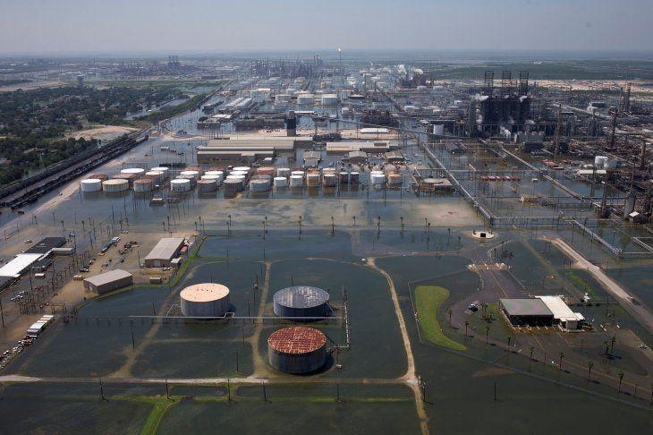 Foto de archivo ilustrativa de inundaciones causadas por la tornenta Harvey en las instalaciones de Motiva Enterprises LLC en Port Arthur