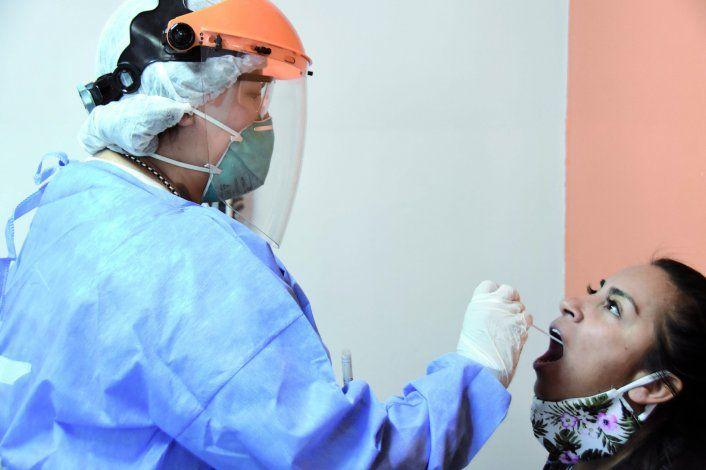 Día a día, crece la cantidad de neuquinos que se acercan, con síntomas del virus, a los tráileres del programa Detectar para realizarse los hisopados.
