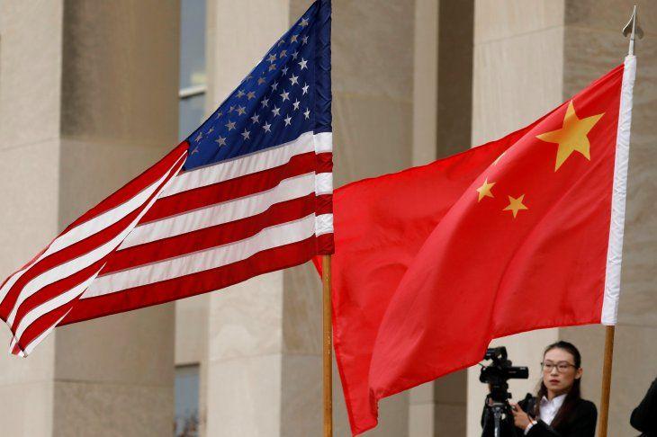 FOTO DE ARCHIVO: Banderas de Estados Unidos y China se ven antes de que el secretario de Defensa James Mattis reciba al ministro de Defensa Nacional de China