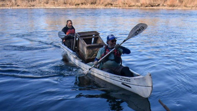 Centenario: salieron en 15 kayaks a limpiar el río Neuquén