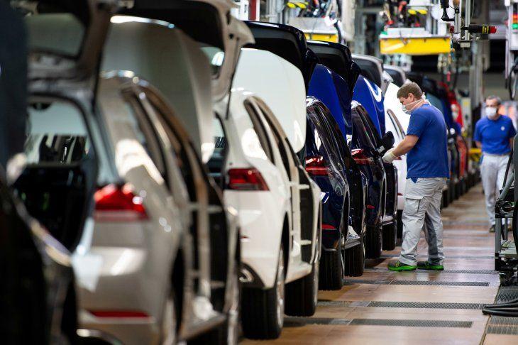 FOTO DE ARCHIVO: Un trabajador con una mascarilla en una línea de montaje de Volkswagen en Wolfsburgo