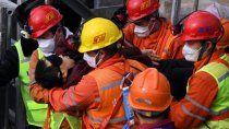 rescataron a once mineros en china y aun quedan diez mas