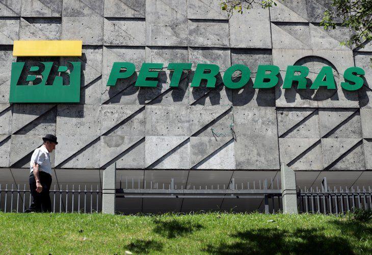 Imagen de archivo de una persona pasando junto a la sede central de Petroleo Brasileiro S.A. (Petrobas) en Río de Janeiro