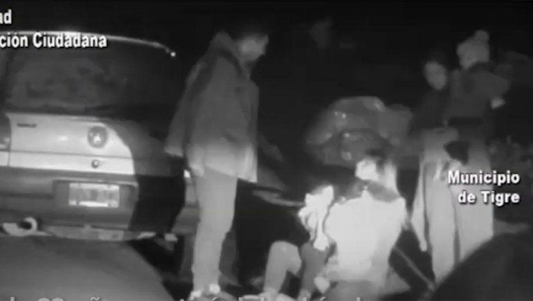 Se tiró de un auto en movimiento con su hijo para escapar de un ataque de ex su pareja