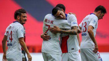 El abrazo de gol de Di María y Mbappé.