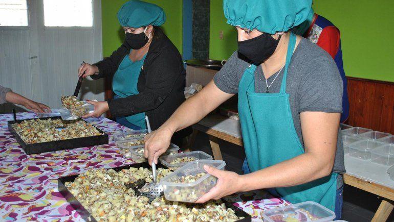 Mujeres elaboran alimentos para los adultos mayores