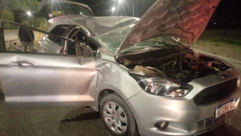 Dos adultos y un nene resultaron heridos tras un choque y un vuelco en la ex Ruta 22, en Plottier.