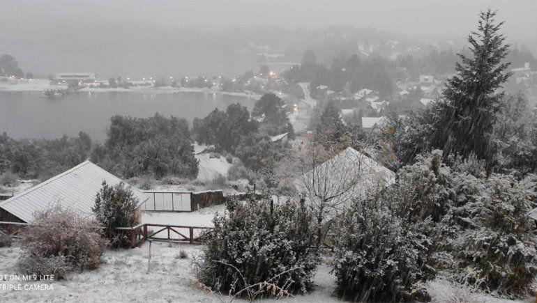 Villa Pehuenia celebra su primera nevada del año