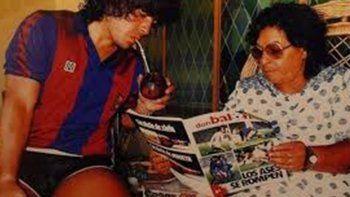 Maradona con Doña Tota tiempo atrás.