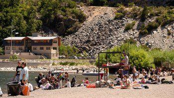 cuantos turistas visitaron neuquen en el verano y cuanto gastaron