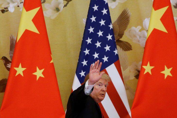 Foto de archivo. El presidente estadounidense Donald Trump saluda durante la declaración conjunta con su par chino