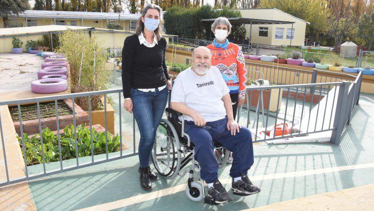 Mario, junto a Genoveva y Teresita Peláez, responsables del centro de rehabilitación de la clínica Pasteur.
