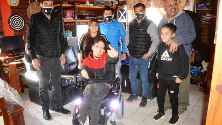 Facundo, feliz por su nueva silla de ruedas con motor
