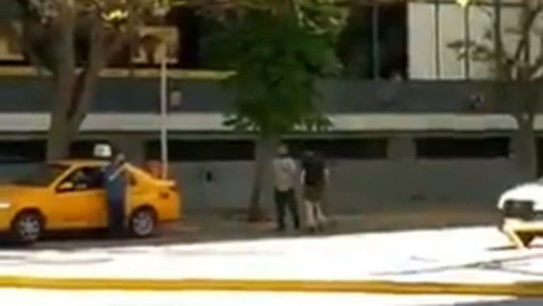 Un taxista y un ciclista se fueron a las manos en pleno centro