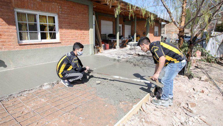 ¡Obra de bien! Primos cracks de Pacífico ayudan a sus padres albañiles