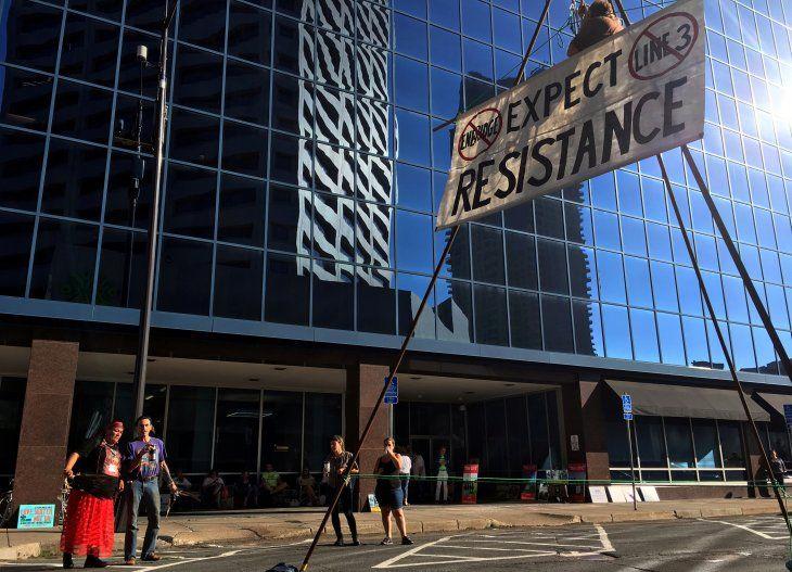 FOTO DE ARCHIVO: Un activista que se opone al oleoducto de la Línea 3 de Enbridge