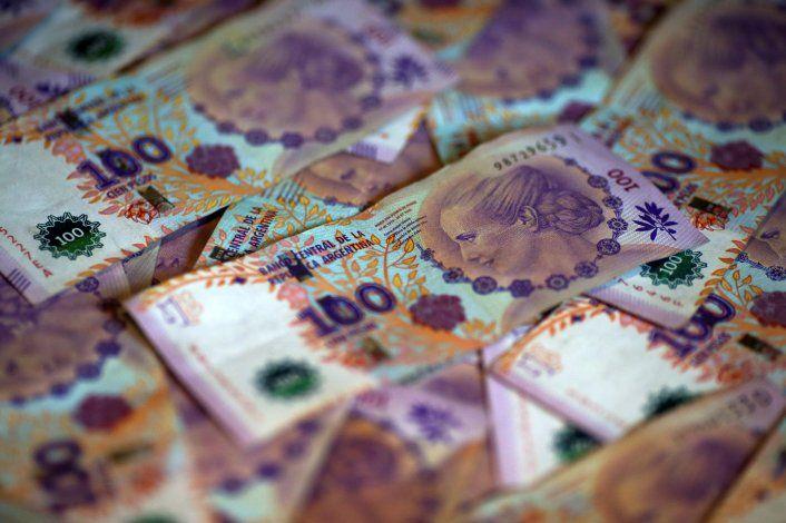 El peso pierde valor y los ahorristas buscan refugio en el dólar para mitigar la devaluación.