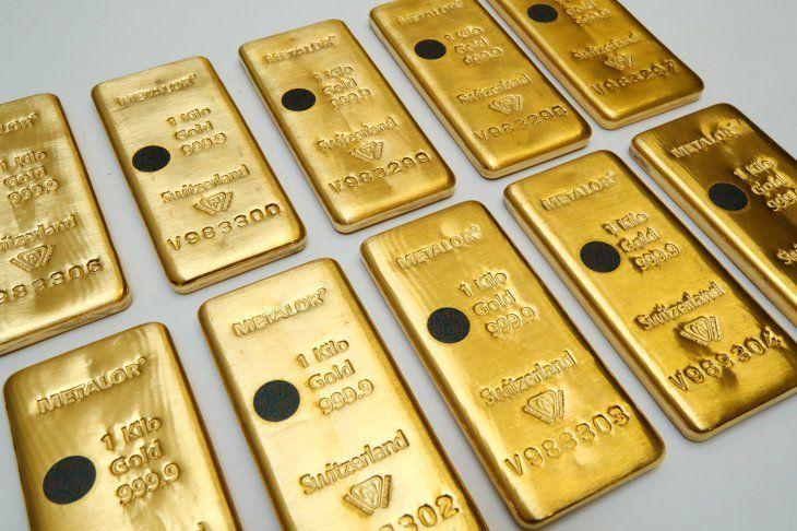 FOTO DE ARCHIVO: El sistema de validación Sicpa Oasis (protección de lingotes) se muestra en una barra de un kilogramo de oro en la refinería suiza Metalor en Marin cerca de Neuchatel