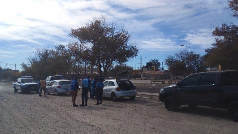 Agarraron a dos gitanos vendiendo autos en la calle: uno estaba prófugo
