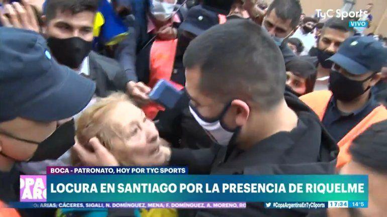 El gesto de Riquelme con una hincha santiagueña de 82 años