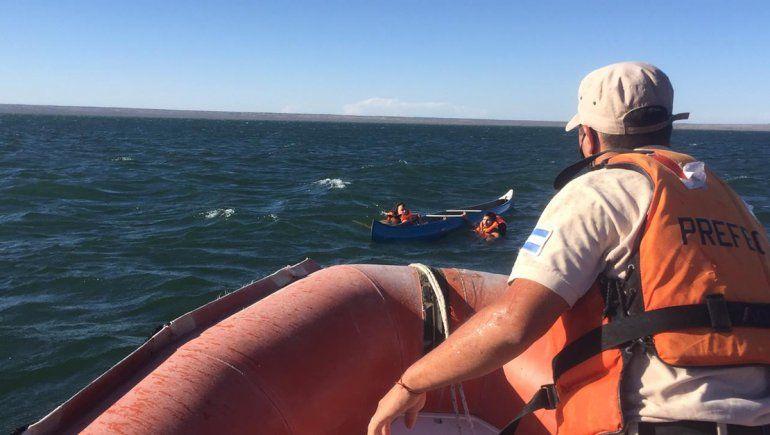 Prefectura rescató a dos jóvenes en el Lago Pellegrini