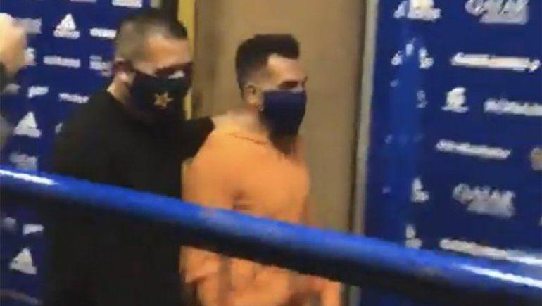 El abrazo de Riquelme a Tevez que emocionó a unos, y otros tildan de falso