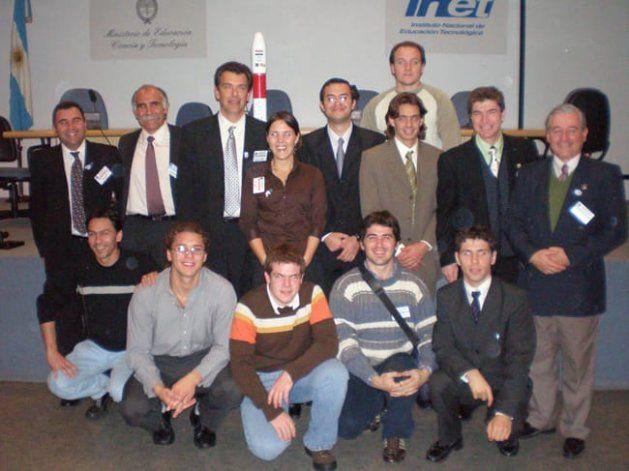 Parte del equipo del Pehuensat un año después del lanzamiento