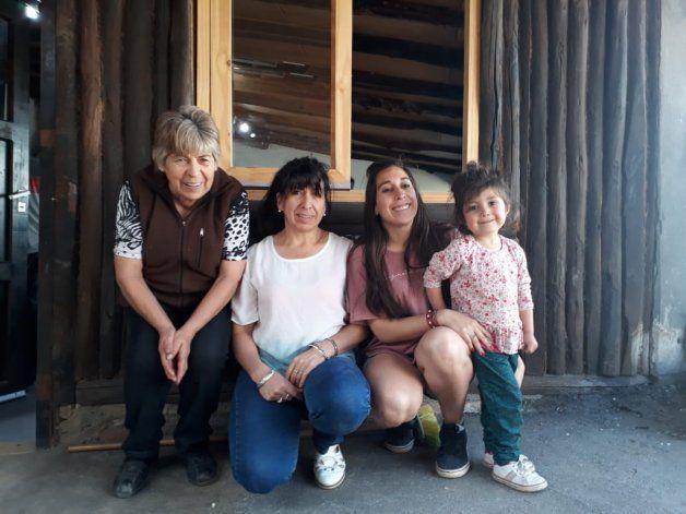 Las generación dentro de la familia de Bica, quien está a la izquierda de la imagen.