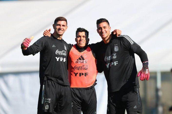 El neuquino Marcos Acuña  en una foto con dos de los  arqueros de la selección  Emiliano Martínez y Juan Musso que hoy reemplazará al Dibu.