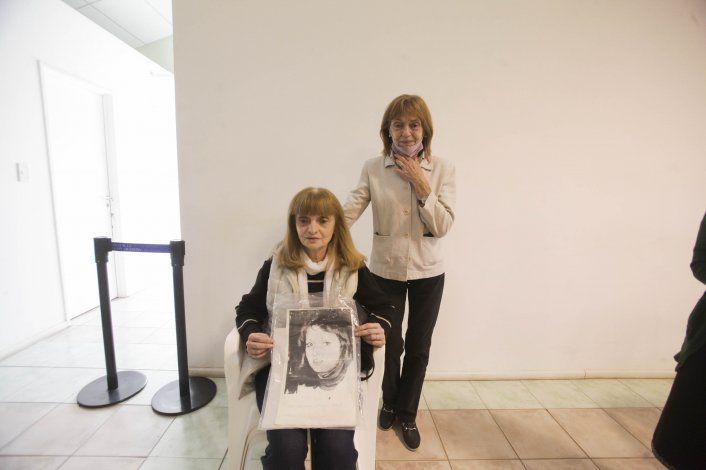 Silvia Tronelli declaró ante los jueces del tribunal mostrando la foto de su hermana Mirta, desaparecida desde junio de 1976 (Foto: Agustín Martínez)