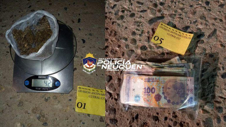 El sospechoso llevaba droga, un arma blanca y dinero en efectivo.