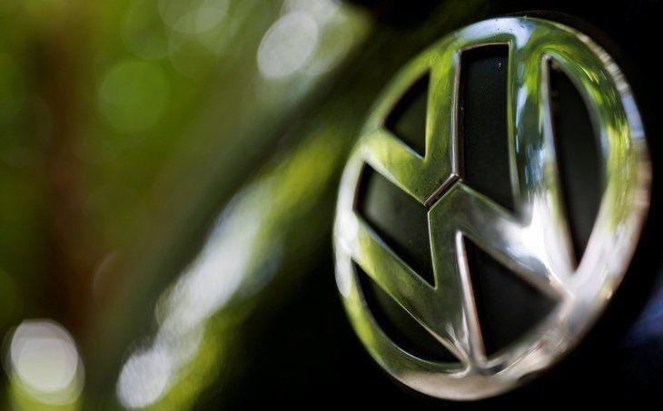 FOTO DE ARCHIVO. Un logotipo del fabricante de automóviles alemán Volkswagen se ve en un automóvil estacionado en una calle de París